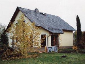 Einfamilienhaus errichtet als erweiterter Rohbau mit Beton- Maurer- und Putzarbeiten innen und außen.