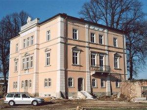 Aufwendig gegliederte Fassade an Herrenhaus in der Lommatzscher Pflege.
