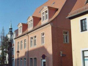 Fassadensanierung und Instandsetzung von Simsen und Sandsteingewänden im innerstädtischen Sanierungsbereich.